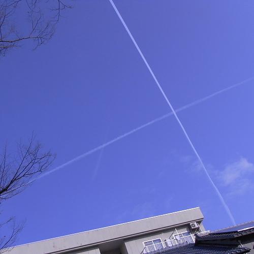 通勤途中で見つけた!飛行機雲が交差してる~~