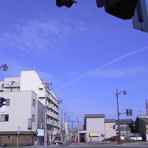 あっちもこっちも飛行機雲いっぱいでした