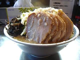 ラーメン大蒲田支店(大盛りチャーシュー麺横から)