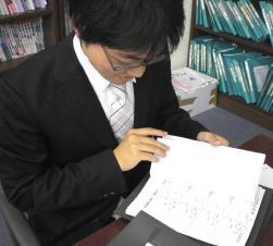 授業準備をする宮倉先生