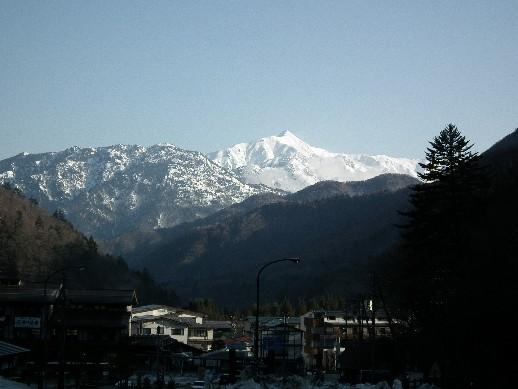 110424-平湯から雪山を望む