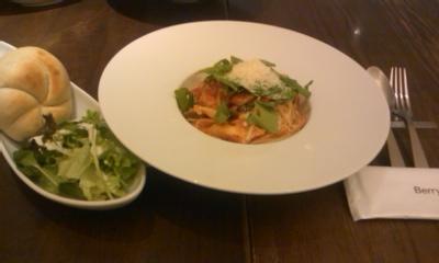 チキンとルッコラのトマトパスタ@Berry cafe