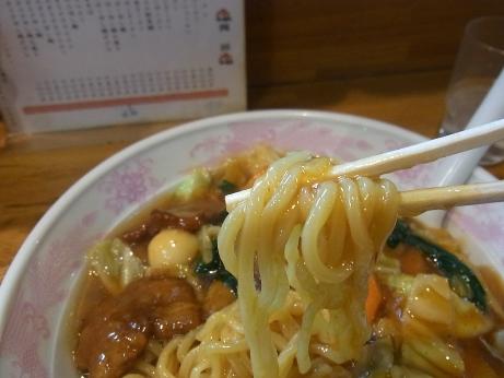 ややちぢれた太麺