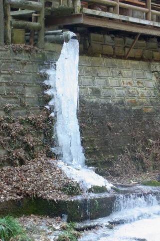 排水管の巨大な氷柱