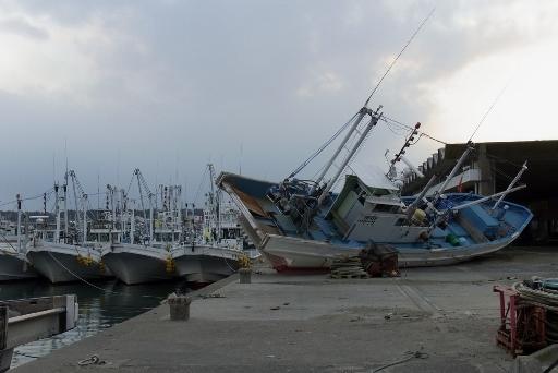 市場に打ち揚げられた漁船