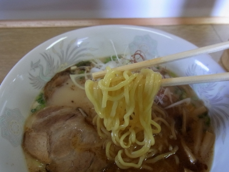 黄色い中太ストレート麺