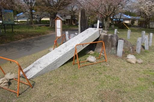 倒壊した桜川顕揚記念碑