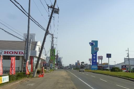 国道124の傾く電柱
