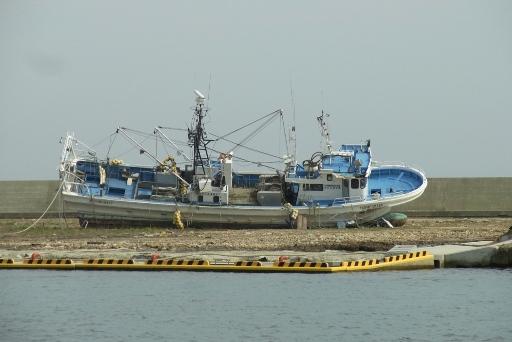 横たわる漁船