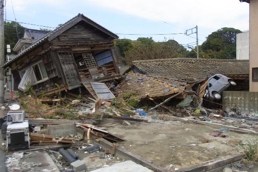 倒壊した家々