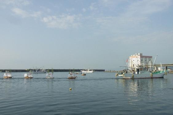 漁船に曳かれた盆船