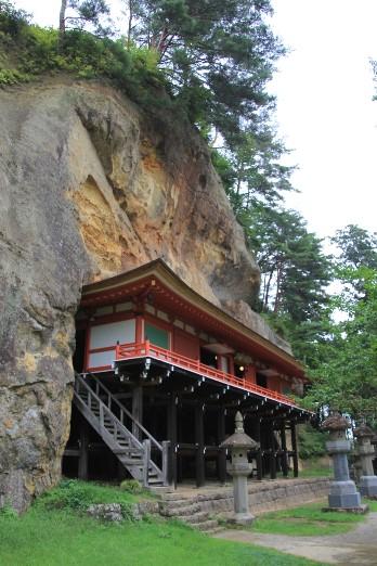 達谷窟毘沙門堂と崖