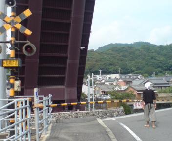 跳ね上がった橋