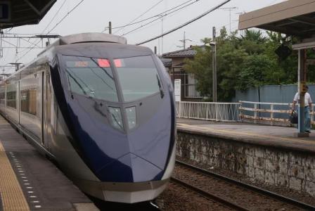 京成中山駅と新型スカイライナー