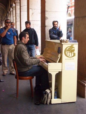 Square pianist