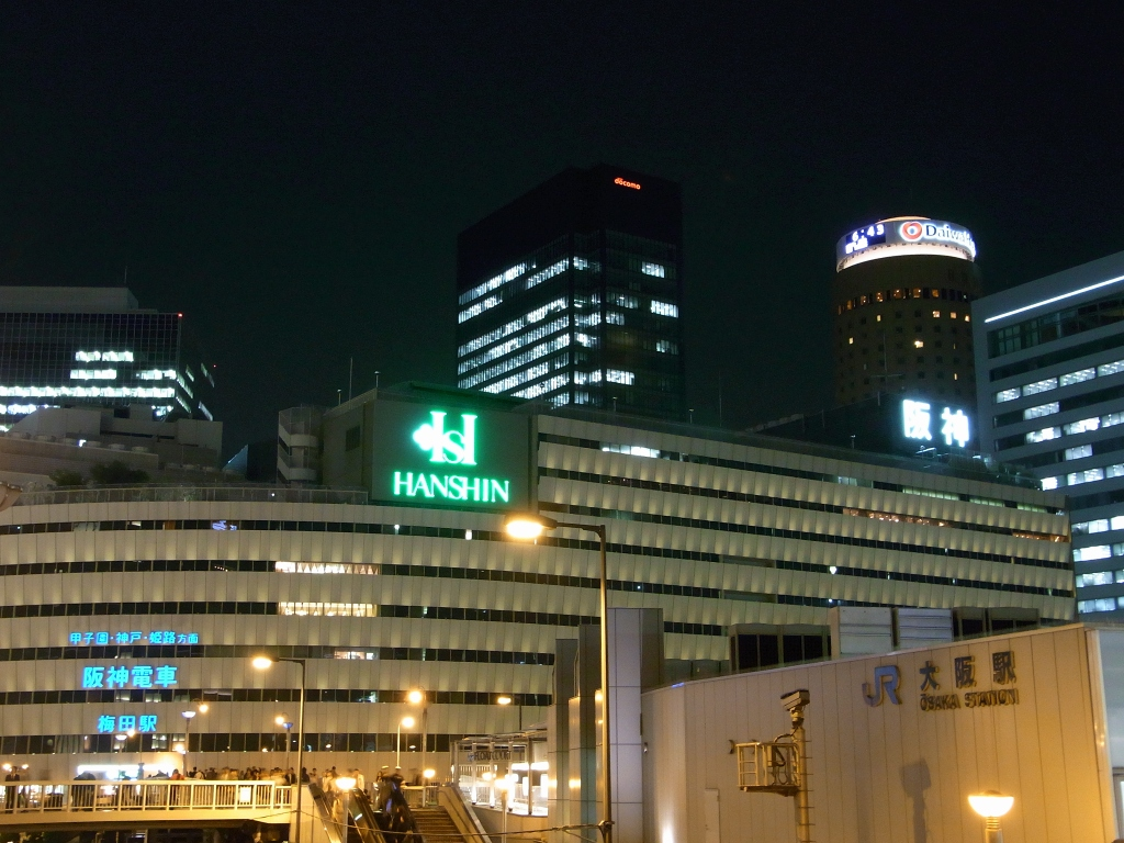 JR梅田駅よりビル街を。
