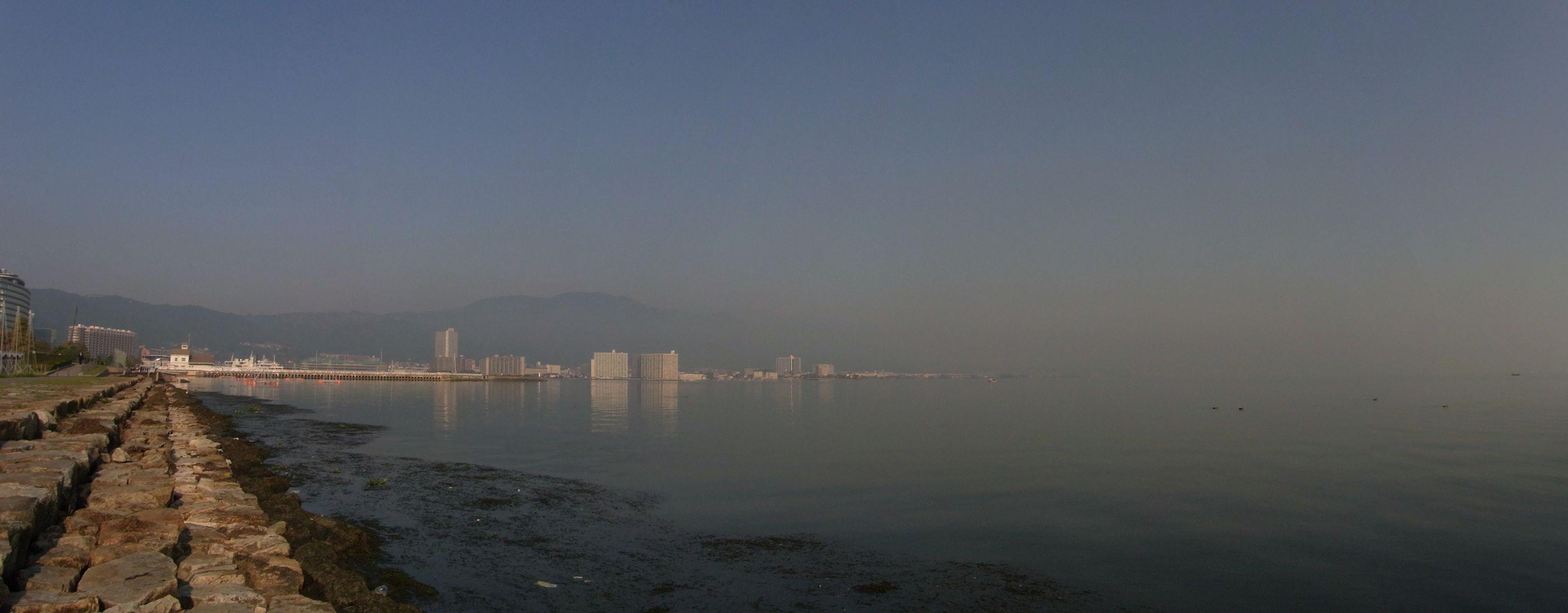 高く見えているのが比叡山。