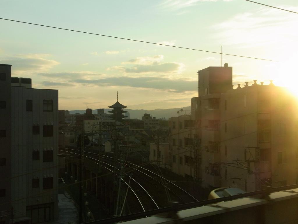 京都、東寺を車窓から。