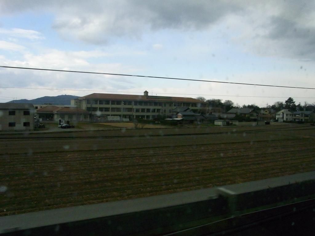 新幹線の窓から撮った豊郷小学校。