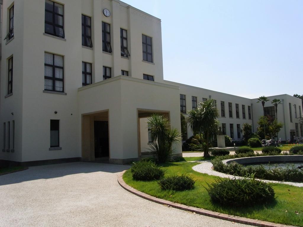 旧豊郷小学校校舎を左サイドから。