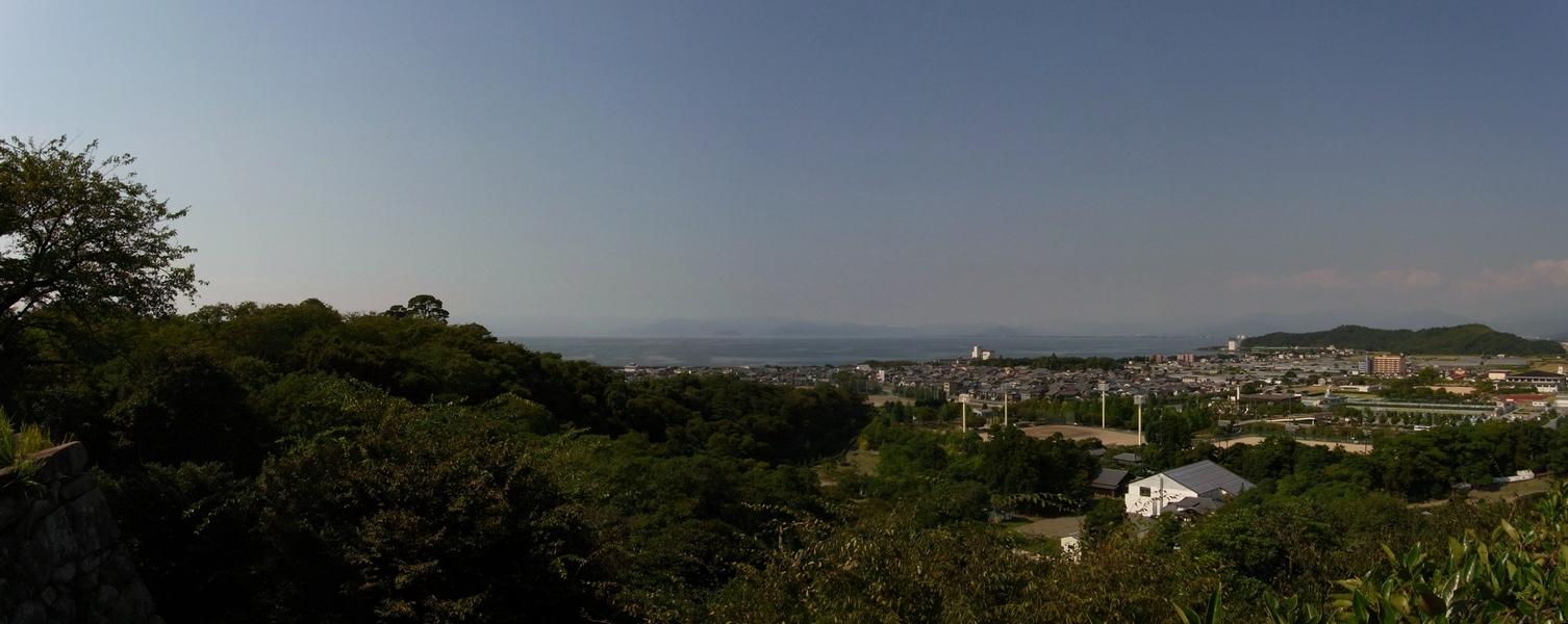 天守閣前広場から見た琵琶湖。
