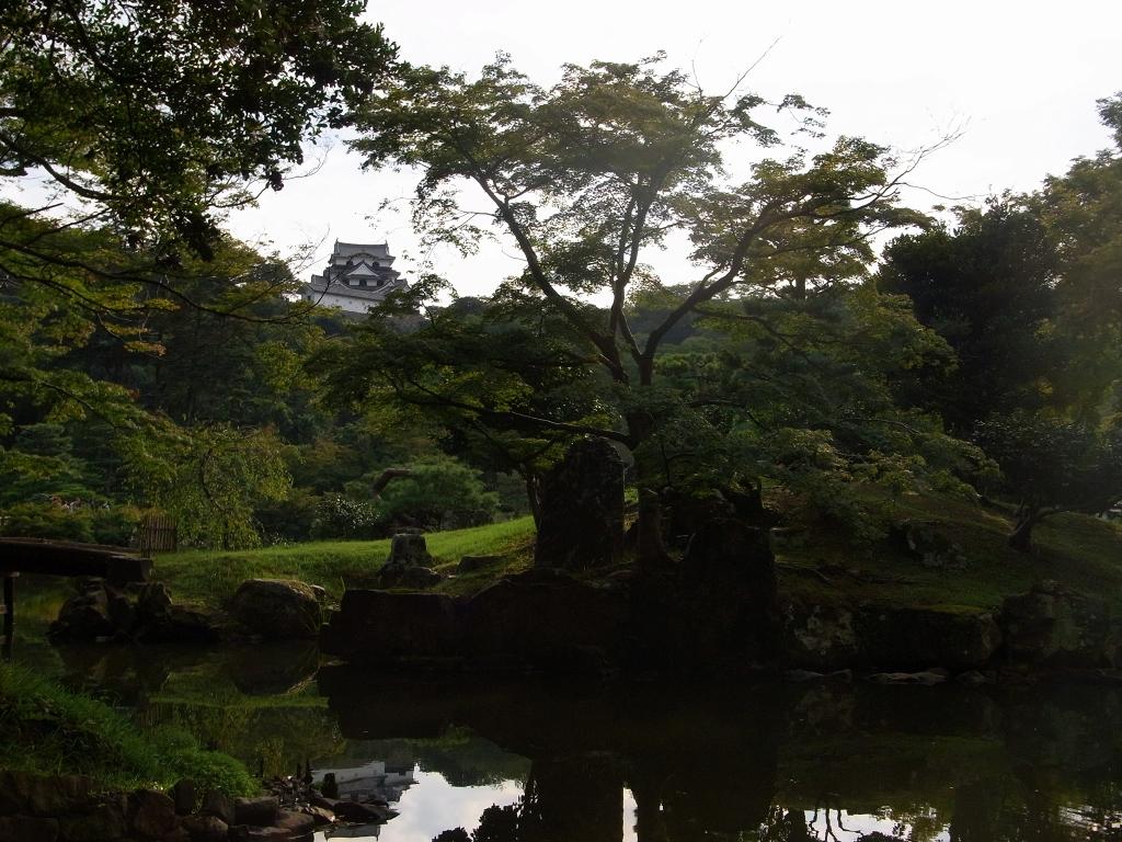 木陰から天守閣が見えた。