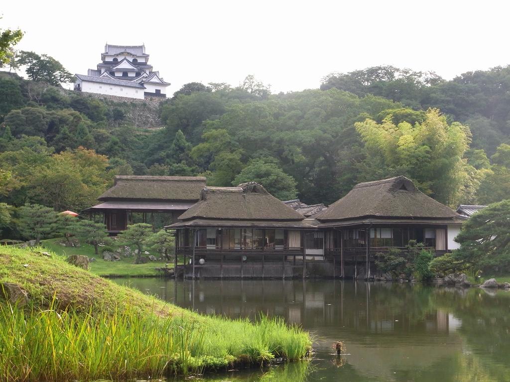 八景亭と彦根城。