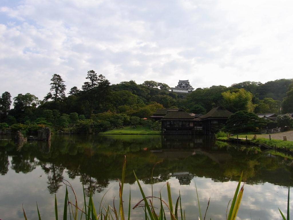 池に映る彦根城。