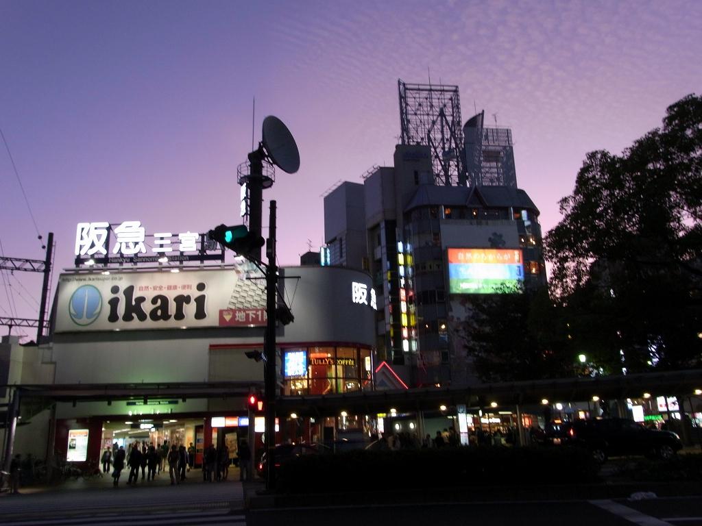 阪急三宮駅前。