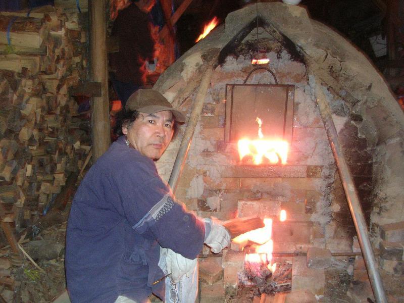 薪窯焼成中