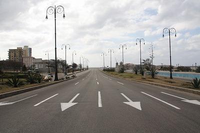 車の居ない道路@ハバナ