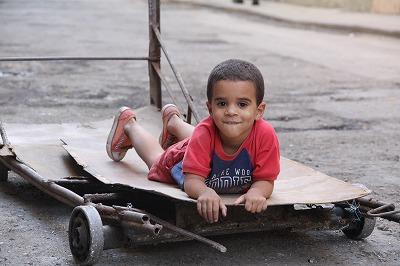 台車で遊ぶ男の子