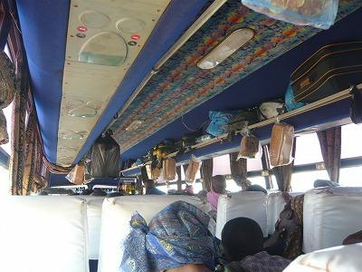 キゴマ行きバス車内のパン