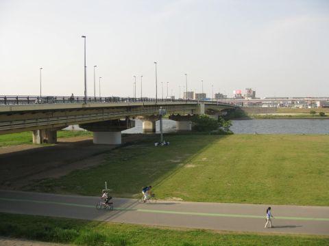 千住新橋と荒川
