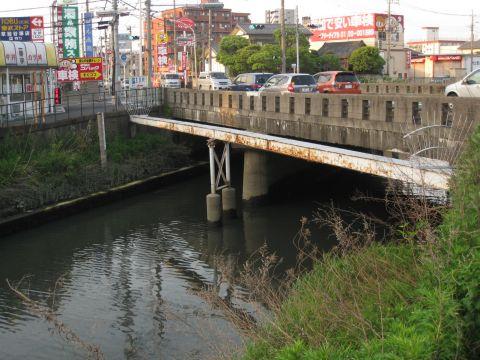 毛長川と水神橋