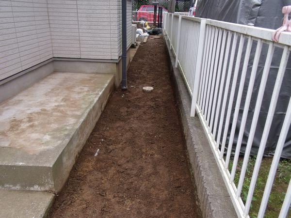 玄関脇草砂撤去と整地