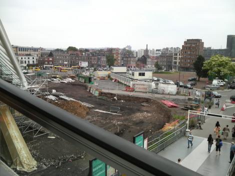 駅前の工事中の景色