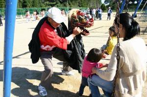 2009.10.12.・「祭りの朝、子供と獅子、孫とお祖父ちゃん」、2