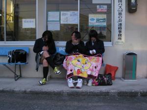 「クラブ帰りの女子高生、山国では膝掛けが必需品」、