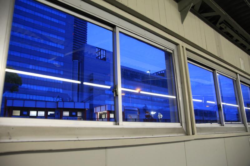 窓の向こうのブルー