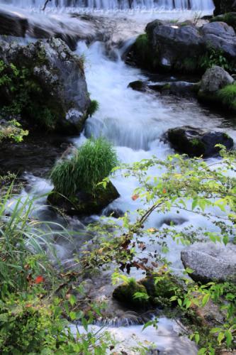 白糸の滝へと流れる小川01