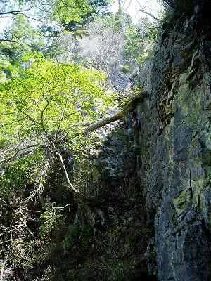岩の凹角を下る