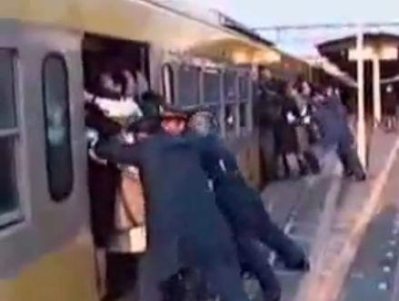 地下鉄の映像