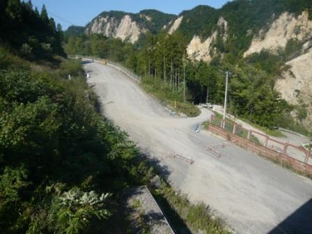 原石運搬路を横断