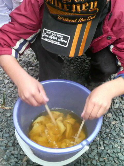 笹の染液に浸し、割り箸などで浸す