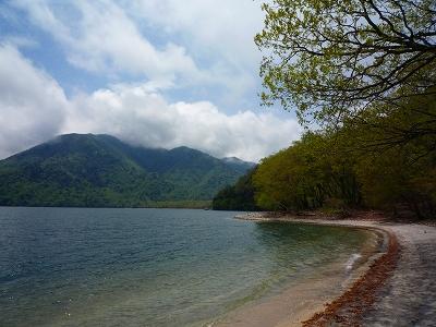 中禅寺湖畔(北岸)の熊窪へ下り、ここから湖岸沿いの道を歩いて西岸の千手ヶ浜へ