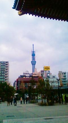 浅草寺境内より東京スカイツリーを望む