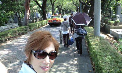 青山墓地 歩いてます