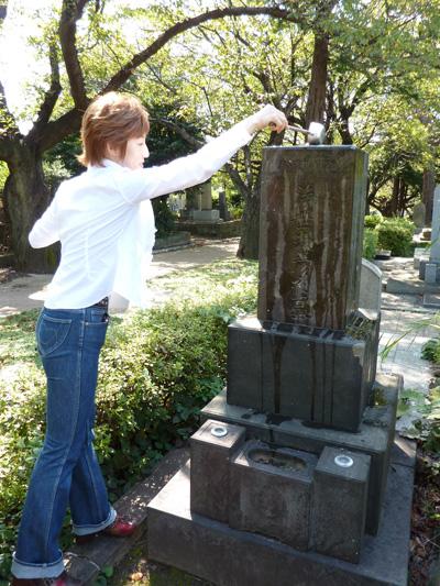 青山霊園 彦さんのお墓に御水