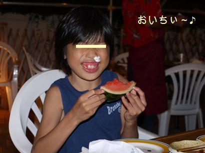 スイカを食べる娘♪
